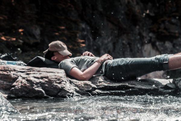 Man komt tijdens retreat tot rust in de natuur